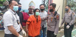 Kapolsek Medan Timur Kompol M Arifin intrograsi tersangka spesialis bobol rumah kos. Tersangka terpaksa ditembak petugas karena berusaha melarikan diri ( foto: Res/ Reptv)