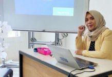 Lodya Sesriyani, S.Pd.,M.Pd Saat Memberi Kuliah di Universitas Pamulang