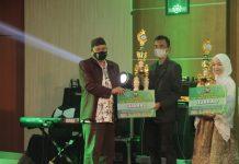 Pemenang Hari Santri Nasional Kota Probolinggo Menerima Piala Penghargaan