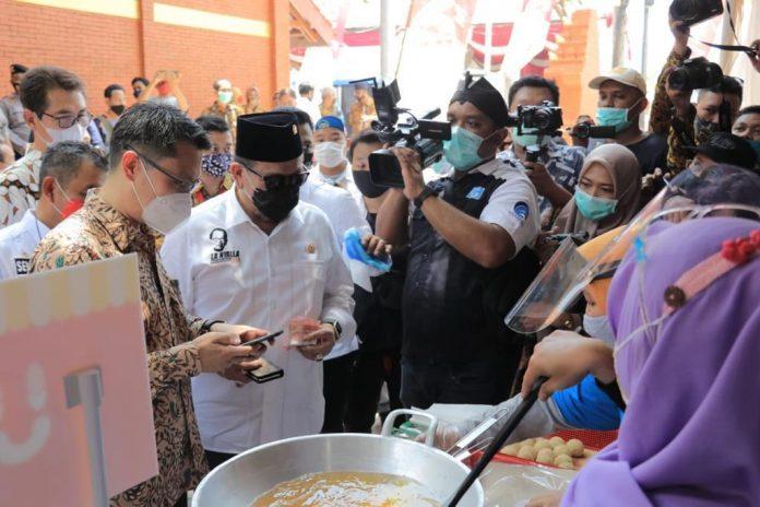 Ketua DPD RI sedang mencoba sistem pembelian pembayaran online Meeber di Pasar Benteng Pancasila.