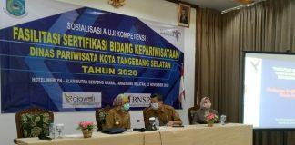 Walikota Tangerang Selatan saat membuka kegiatan sosialisasi dan uji kompetensi fasilitasi sertifikasi bidang kepariwisataan