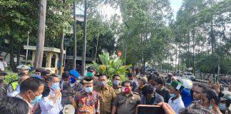 Didepan pintu masuk Pusat Pemerintahan H. Turidi Susanto Wakil Ketua I DPRD dan Kepala Dinas Perhubungan ( Kadishub) Kota Tangerang Wahyudi Iskandar temui Himpunan Mahasiswa Islam ( HMI ) melakukan aksi demo terkait mangkraknya Angkot Si Benteng