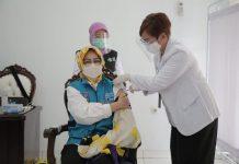 Walikota Tangsel, Airin Rachmi Diany bersama dengan kepala daerah se-Banten dan unsur Forkopimda lakukan vaksinasi Covid-19 di Pendopo