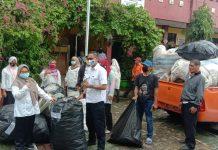 SDN Sudimara Timur 4 dan 5 bersedekah 9 kwintal sampah, yang diserahkan langsung kepada DLH Kota Tangerang melalui Upt Timur