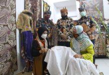 Bupati Probolinggo, Hj. Puput Tantriana Sari, ikut membatik setelah resmikan rumah batik dan koperasi batik Kabupaten Probolinggo di Jalan Imam Bonjol Sidomukti, Kraksaan