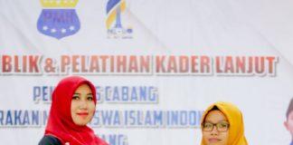 Lia Istifhama saat menerima cindera mata usai memberi pelatihan di salah satu organisasi mahasiswa