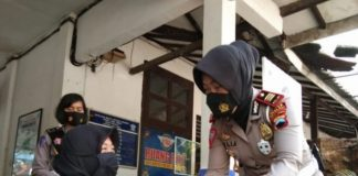 Kasatlantas Polres Boyolali, AKP Yuli Anggraeni saat menemui salah satu penyandang disabilitas di Mapolres Boyolali