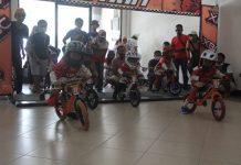 Para peserta pushbike bersiap dibelakang garis start saat kompetisi