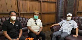 Gubernur Bengkulu (pakai topi )Ketua OKK BPP HIPMI Rohalim Sangadji didampingi Pengurus BPP HIPMI Vico Taufik.