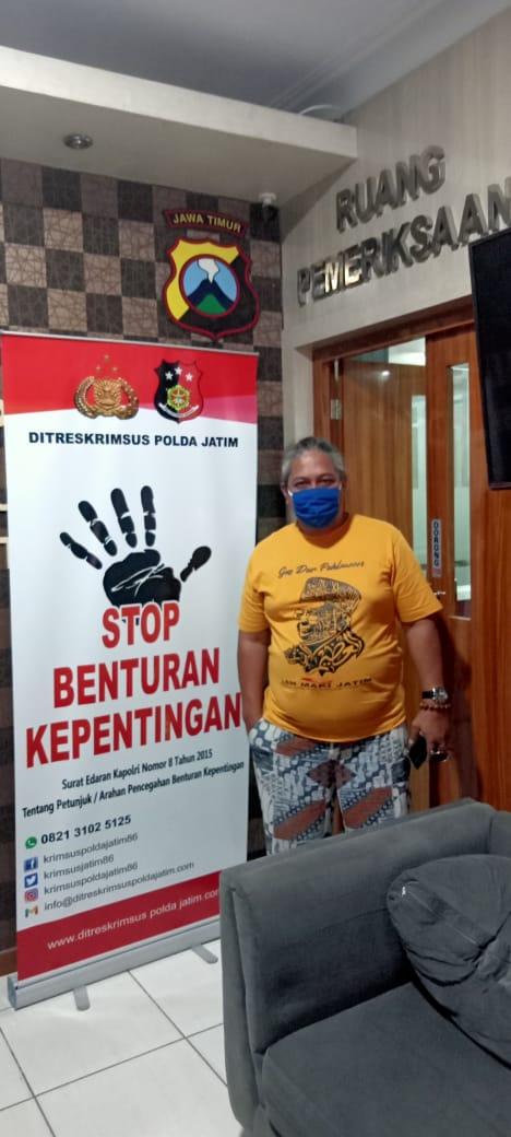 Ketua LSM Masyarakat Anti Korupsi Indonesia (MAKI) Jatim Heru Satriyo saat di Mapolda Jatim