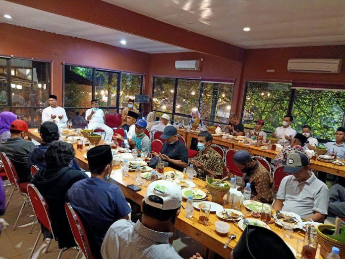 Untuk menjaga silaturahim dan ukhuwah agar tetap terjalin baik, keluarga besar Holil SH gelar tasyakuran buka puasa di Waroeng Sunda