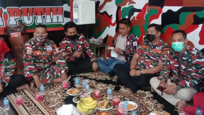 Anggota Laskar Merah Putih beramah tamah setelah membagikan ta'jil dan berbuka puasa bersama