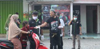 Foto anggota FORSA lakukan baksos dengan membagi masker dan takjil kepada pengguna jalan
