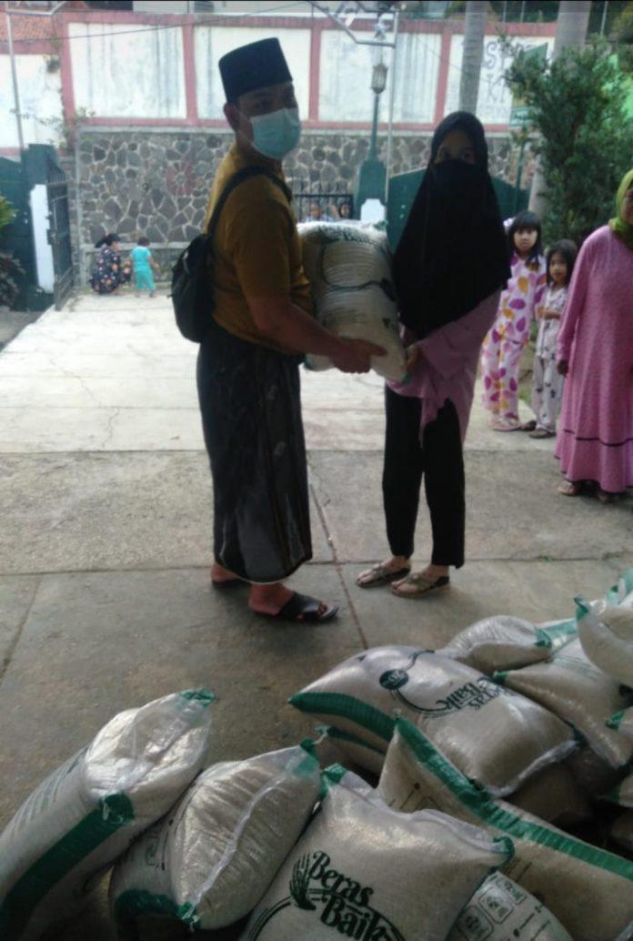 Warga desa Cipelang Bogor saat menerima bansos Food For Dhuafa dari yayasan Dompet Dhuafa