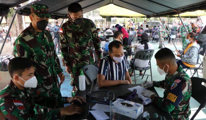 Tim Medis Lanud Silas Papare bergabung dengan Vaksinator dari Denkesyah Korem 172/PWY dan Lantamal X Jayapura, Polda Papua, dan Dinkes Kota Jayapura menggelar serbuan vaksin di Lapangan Bucen III Waena