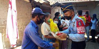 Petugas Sipir Lapas Kelas 2b Kota Probolinggo saat membagikan sembako hasil iuran petugas untuk warga terdampak PPKM