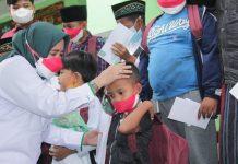Wakil Ketua DPRD Jatim, Anik Maslachah memberikan santunan kepada anak yatim yang ditinggal meninggal dunia orangtuanya karena covid/ist