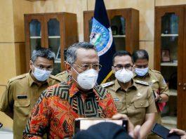 Walikota Tangerang Selatan, Benyamin Davnie saat menjelaskan penerapan PPKM level tiga yang nantinya akan melonggarkan beberapa sektor usaha