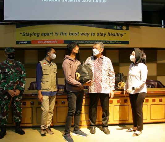 Walikota Tangerang Selatan, Benyamin Davnie memantau kegiatan Vaksinasi di Universitas Pamulang dan memberikan bingkisan secara simbolis.