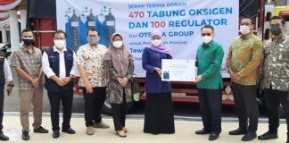 Otsuka Group serahkan bantuan 470 tabung oksigen dan 100 regulator kepada Gubernur Khofifah untuk warga Jatim