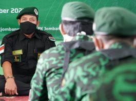 Gus Edo beri pengarahan saat pengukuhan dan penyematan atribut Brigade Ka'bah di kantor DPC PPP Jombang/ist.