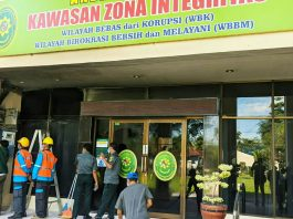 Boks sirkuit listrik dibagian depan gedung Pengadilan Negeri Stabat Jalan Proklamasi, Kecamatan Stabat, Kabupaten Langkat, Sumatera Utara, tiba-tiba terbakar
