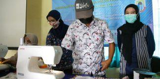 Penyandang Disabilitas sedang mengikuti pelatihan menjahit bersama tim Universitas Pamulang.