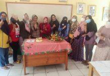 Foto bersama saat wali murid berikan perayaan ulang tahun kepada salah seorang guru wali kelas 3 SDN Cilangkap 2