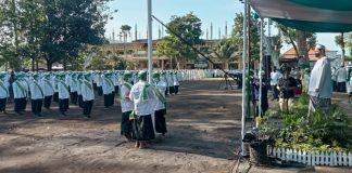 Pelaksanaan upacara bendera ala santri dalam peringatan Hari Santri Nasional ke-7